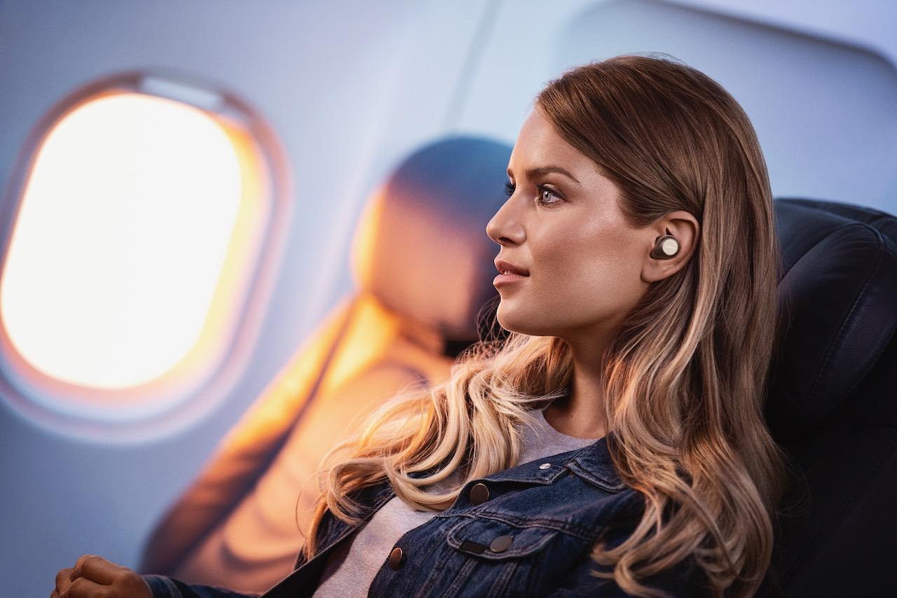 https://www.tangenghui.com/wp-content/uploads/2021/02/Jabra-Elite-85t-Beige-Female-Lead-Plane-Interior-Medium.jpeg